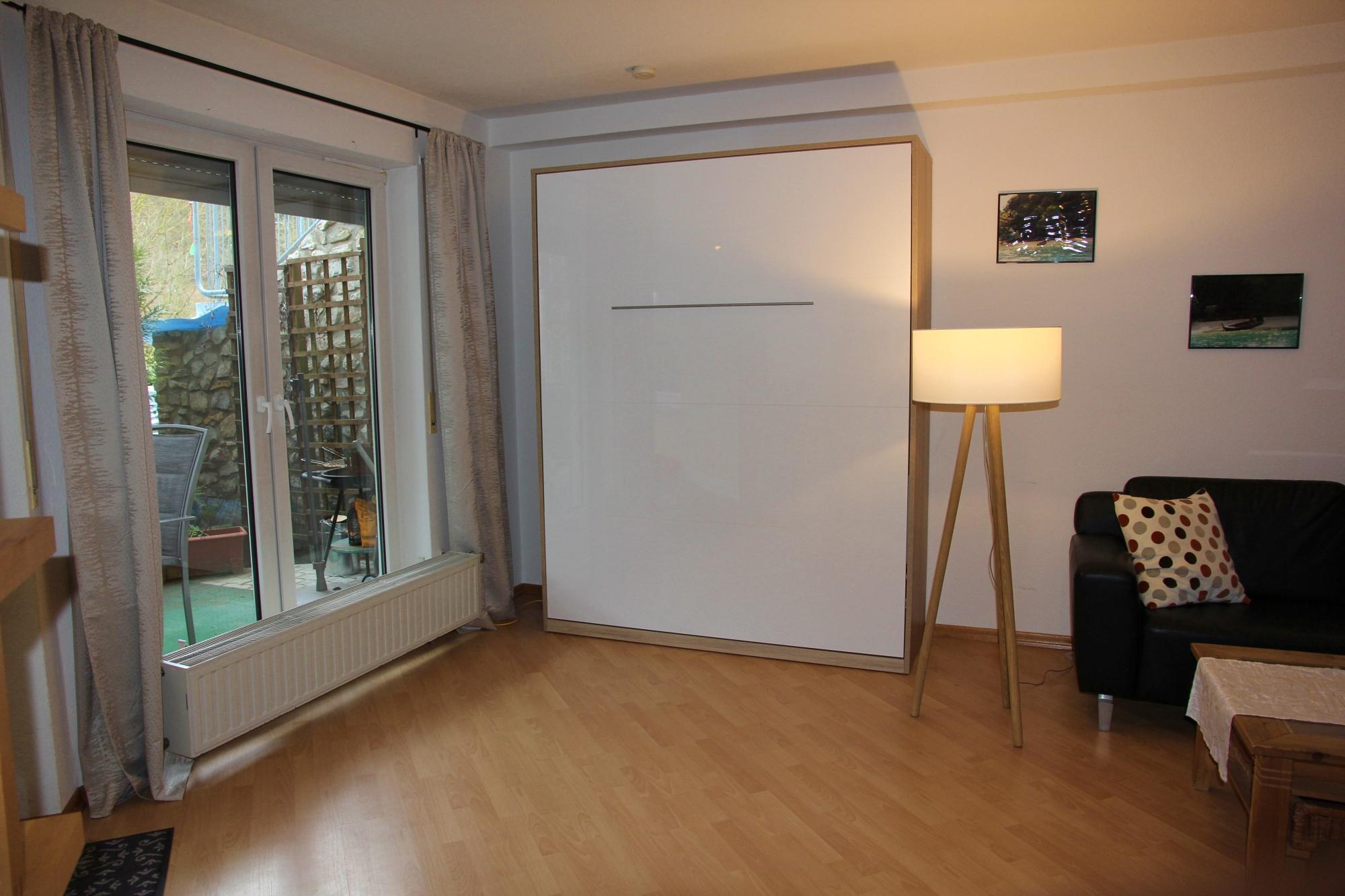 Ferienwohnung Sayn - Wohnzimmer mit Schrankbett