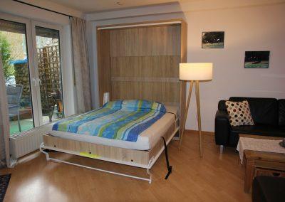 Ferienwohnung Sayn - Wohnzimmer mit Schrankbett:2